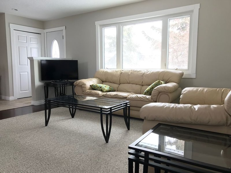 Lovely home on quiet cul-de-sac, 15 min to YYC airport & 25 min to YYC Downtown, holiday rental in Airdrie