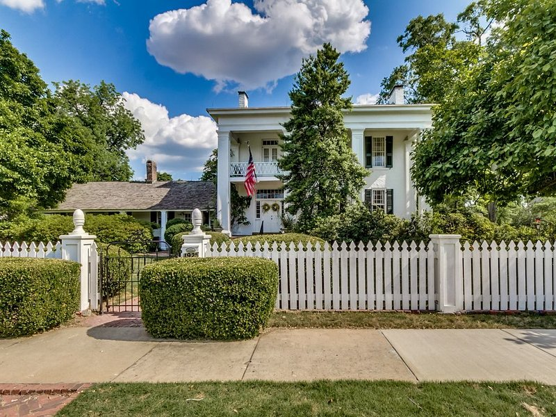 Antebellum Home Just Blocks From UA Stadium, vacation rental in Tuscaloosa