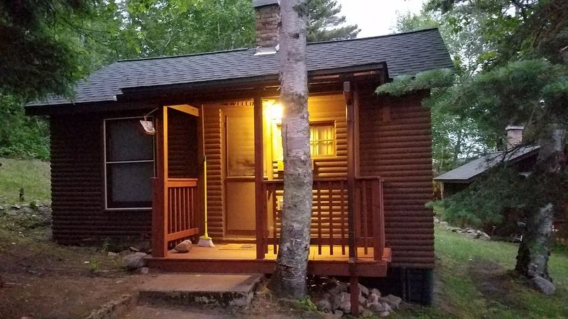 Vintage Vermilion – Cabins and Retreat (Birch Cabin) Beautiful Lakeside Cabins, holiday rental in Cook