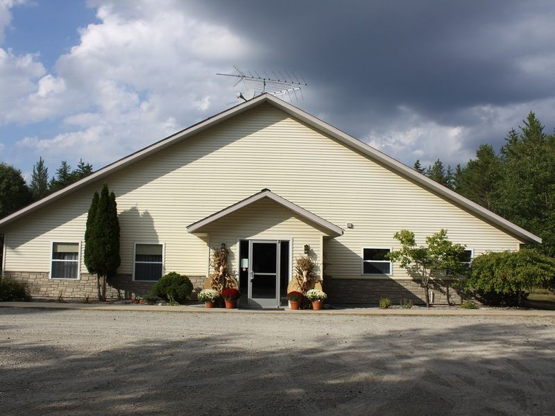 Michigan Themed Vacation Retreat in the Heart of Elk Country, Northern Michigan, alquiler vacacional en Lewiston