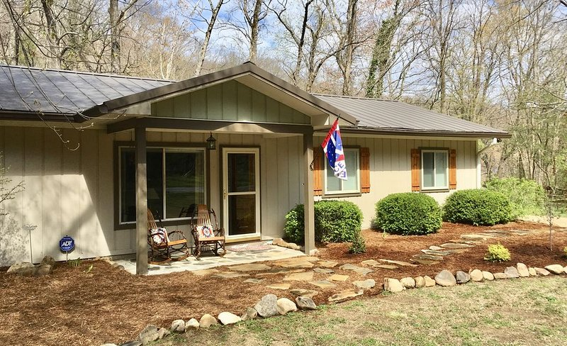 Rollin' on the River-Cozy riverfront home in Chimney Rock!, location de vacances à Chimney Rock