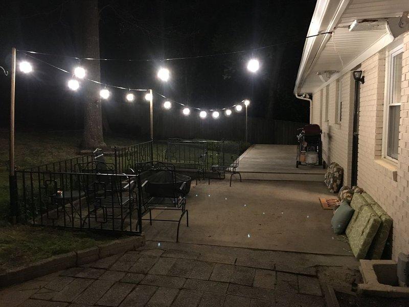 Cubierta de patio con pozo de fuego y parrilla de gas