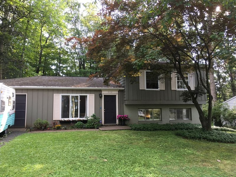 Spacious 3 bed/2 bath w/ large backyard near campus, holiday rental in State College