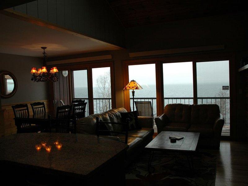 Lake Superior's Chateau LeVeaux #25...Quiet, Quaint & Modern Charm!, alquiler vacacional en Schroeder