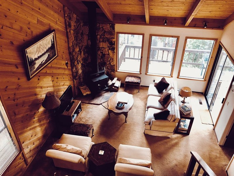 Beautiful & Cozy Cabin in Blue Lake Springs, alquiler de vacaciones en Arnold