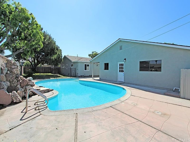 Bright Large Private 2 Bedroom Guest House With Pool, holiday rental in Downey