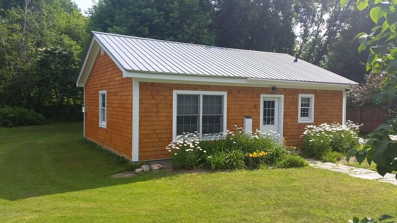Charming Cottage by Jay Peak, holiday rental in Lowell