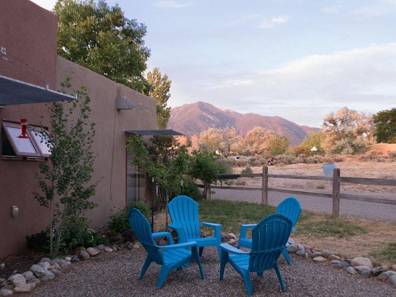 Contemporary, comfortable, minutes away from Taos Ski Valley and historic Taos, casa vacanza a El Prado