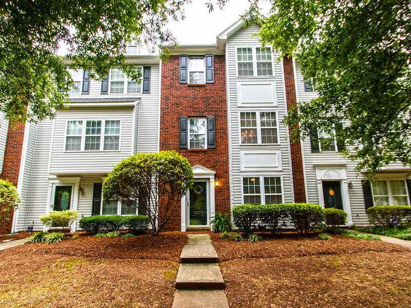 Spacious townhouse near Lake Norman in fantastic neighborhood, vacation rental in Concord