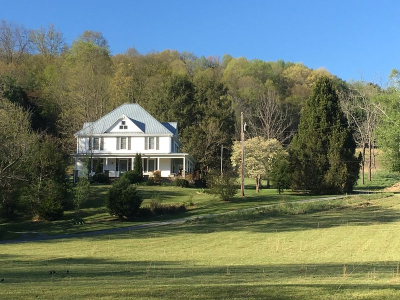 Damascus, VA - 3 BR Farmhouse close to Town, Creeper Trail, & River!, holiday rental in Glade Spring