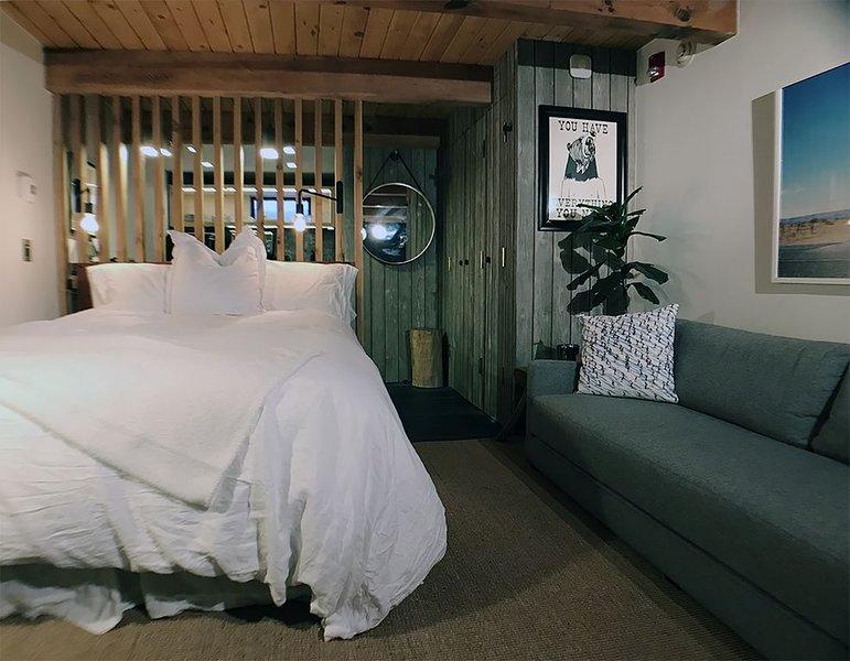 Downtown Aspen Luxe Studio. 3 Blocks to Gondola. Sleeps 2 Adults/2 Kids, holiday rental in Aspen