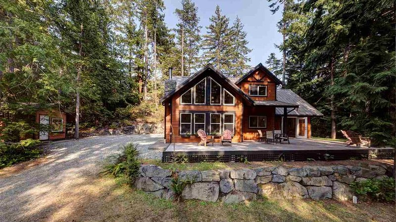 Private West-Coast Inspired Cabin in the Woods, holiday rental in Madeira Park