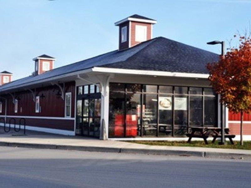 Tienda de comestibles local, mercado de Richmond y bebidas a poca distancia del apartamento.