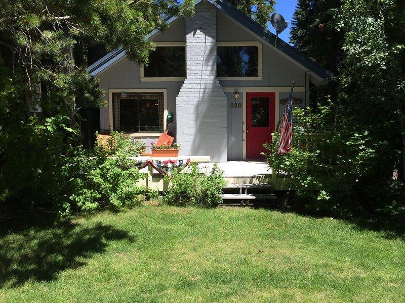 West Shore home: A boutique, cheerful retreat next to lake, trails, internet, location de vacances à Homewood