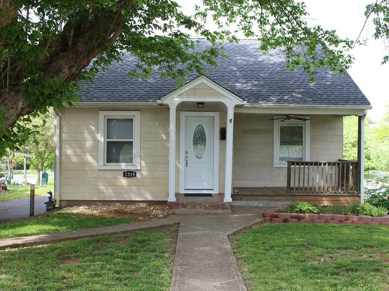 Quaint and Cozy, 2 Bed, I Bath, Full Kitchen Cottage with Off Street Parking, vacation rental in Charlottesville