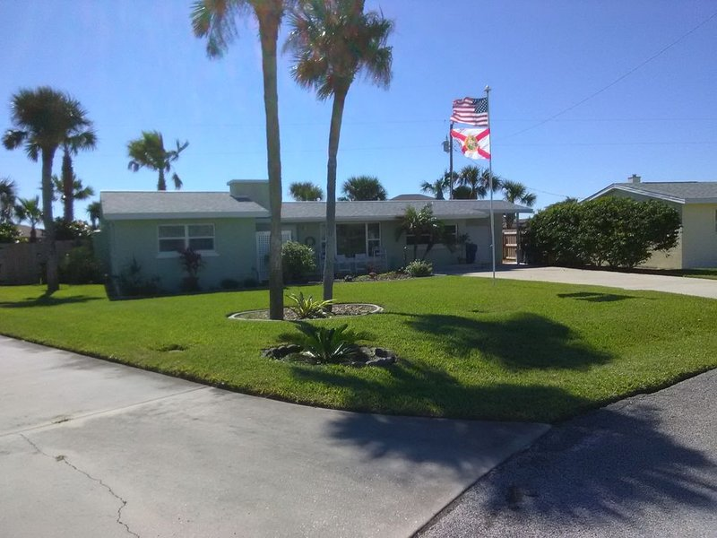Pet Friendly Tropical escape by the pool in Ormond by the Sea, Ferienwohnung in Ormond Beach