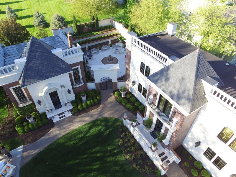 Luxury Guesthouse ~ Chateau Mirabelle in West Omaha, vacation rental in Ralston