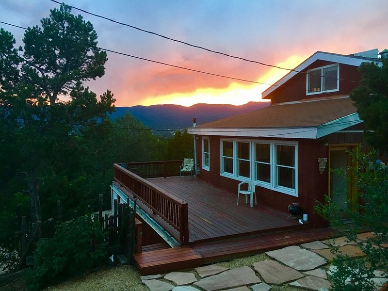 NEWLY RENOVATED PRIVATE MOUNTAIN HOME WITH HOT TUB, holiday rental in Tijeras