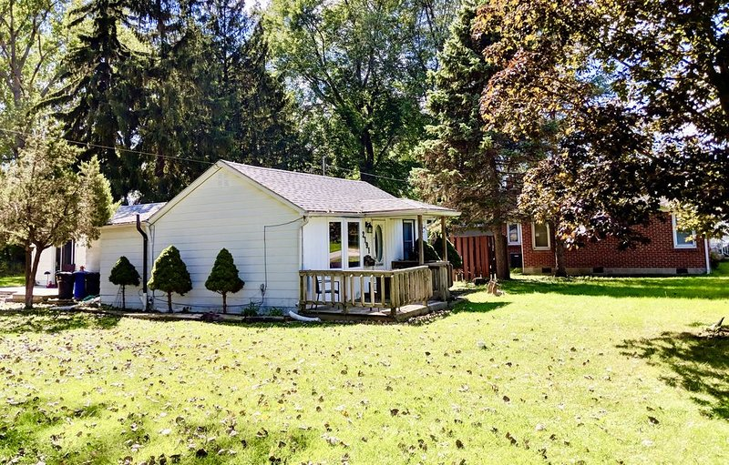 Country living in the city very private, clean and relaxing, vacation rental in Windsor