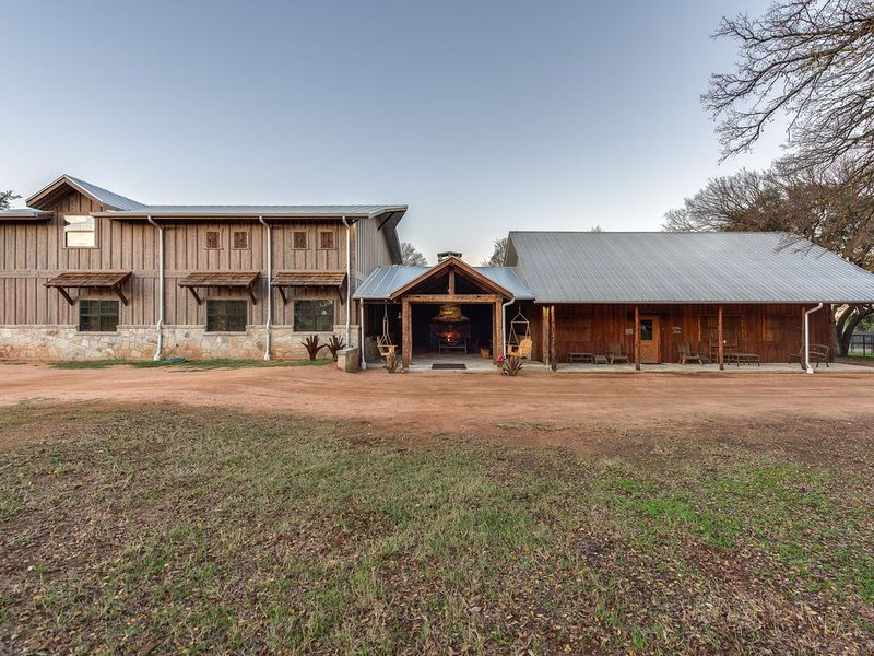 A Hunter's Dream: Gorgeous Hill Country Cabin for 6 with whitetails and views., holiday rental in Harper