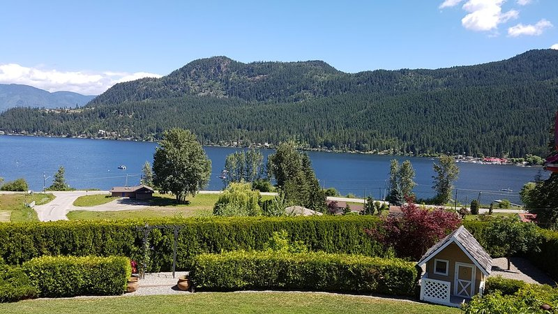 Stunning, unobstructed lake and mountain view home., alquiler de vacaciones en Salmon Arm