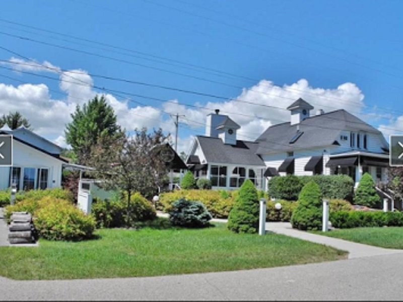 White Fence Main House and Carriage House Suite  - Exquisite Private Waterfront! – semesterbostad i Suttons Bay