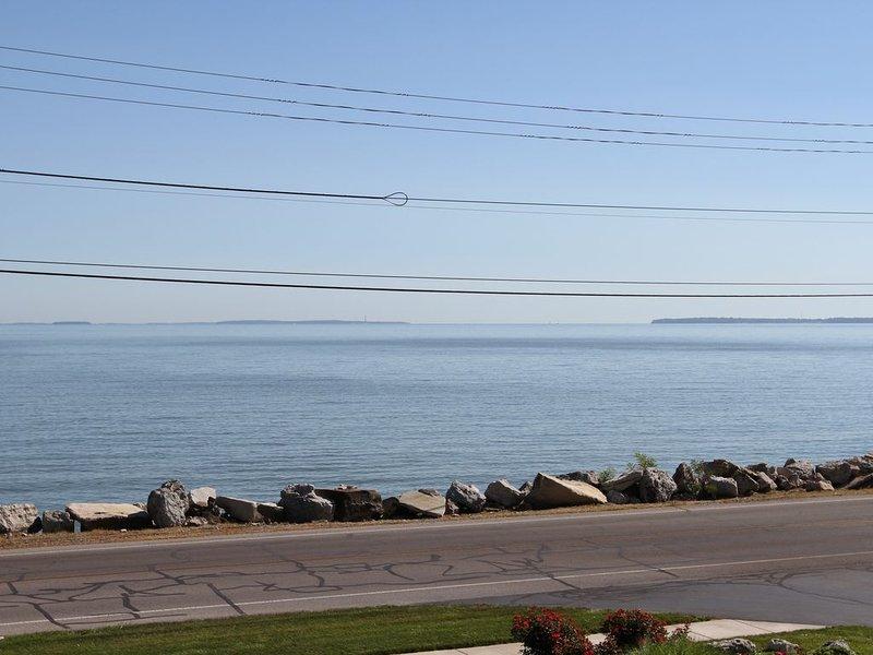 Beautifully Decorated Condo With Spectacular View of Lake Erie. Read the reviews, aluguéis de temporada em Lacarne