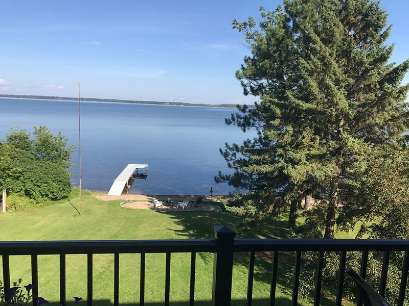 Lake Bemidji Home Amazing Lake Views and Private Sand Beach, alquiler vacacional en Tenstrike