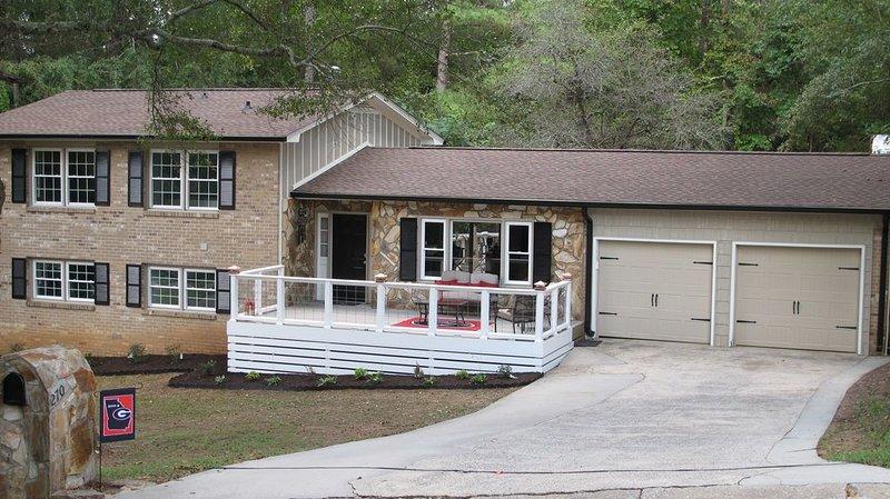 **9 Min. to STADIUM** Renovated UGA Inspired Home + RV Parking--See Description, alquiler de vacaciones en Winterville