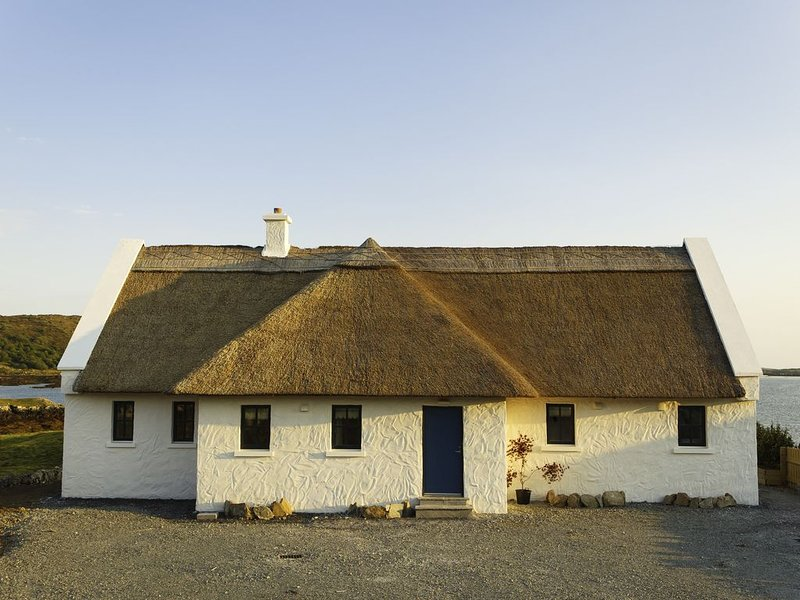 BaySide Cottage 'On the Shores of this Western Paradise', holiday rental in Carna