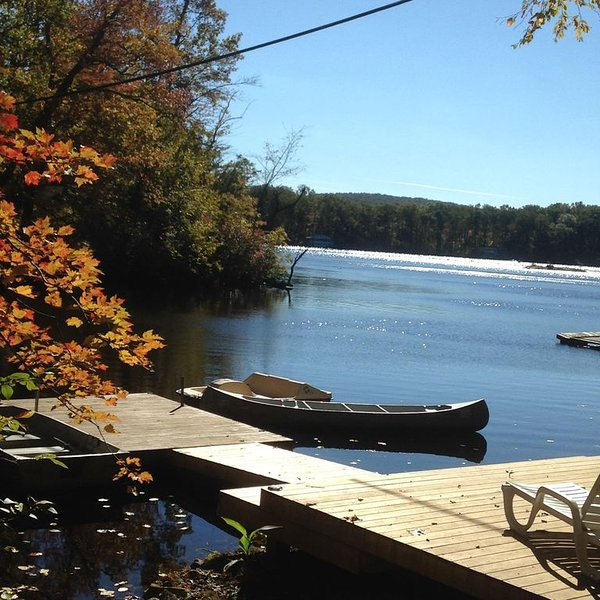 Escape to your own private cove! Year round enjoyment at this lakefront cottage!, location de vacances à Hopatcong