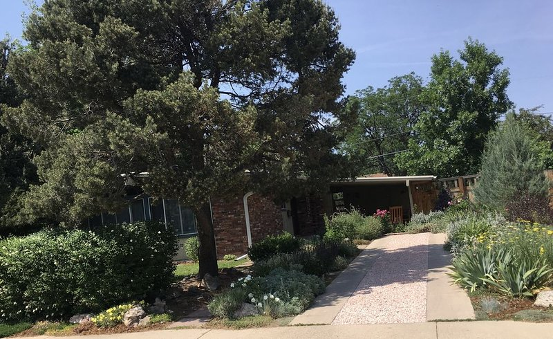 Great Boulder location!  Walk to Pearl Street mall or up Mount Sanitas!, vacation rental in Niwot