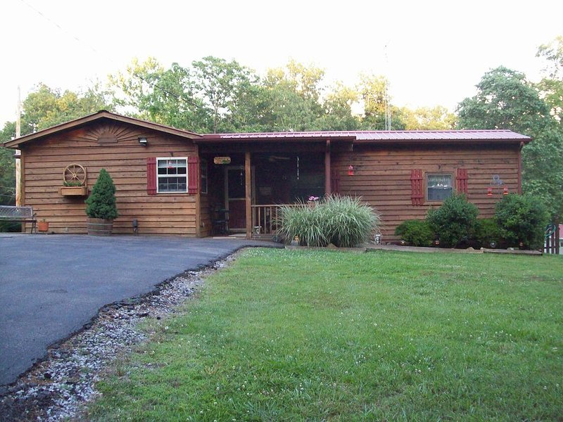 Cute Rustic Cabin, 1 Br; Within Sight Of Beautiful Kentucky Lake, location de vacances à Bumpus Mills