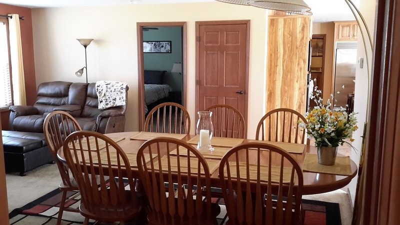 PET FRIENDLY, CLOSE TO PURINA EVENT CENTER, FENCED AREAS, alquiler de vacaciones en Defiance