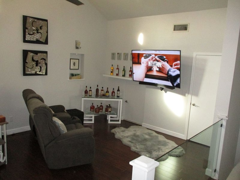 Stunning Condo with Style and Comfort *entire condo*, vacation rental in Glendale