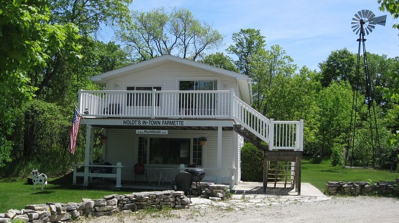 We offer 'country-quiet' a short walk from the village center and town dock., casa vacanza a Egg Harbor