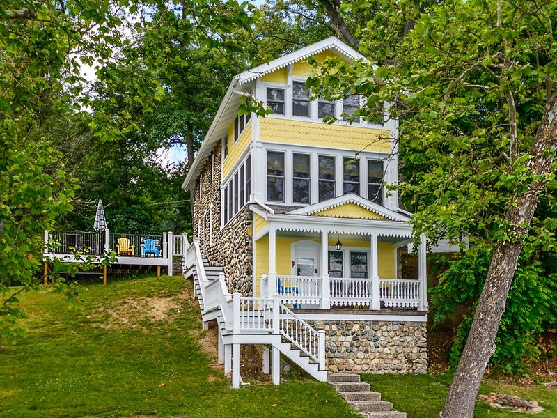 Charming Vintage Cottage for Family Fun on Crooked Lake, Angola Indiana, vacation rental in Hamilton