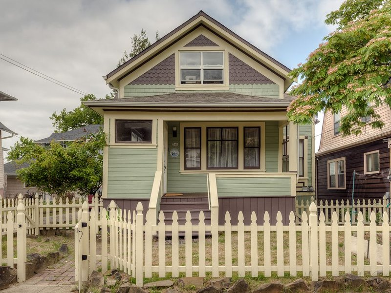 Historic Victorian House in the Heart of downtown Astoria, alquiler vacacional en Astoria