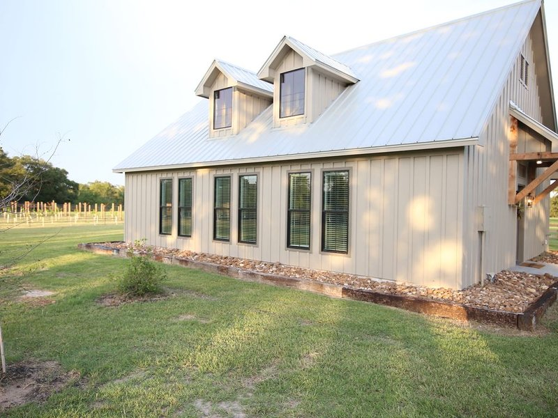 The Cottages at Turkey Creek - 'The Cozy Cottage' - New, Near Round Top, holiday rental in Burton