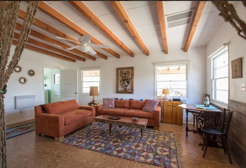 A Sparkling Clean 1940's High Desert Cabin, location de vacances à Yucca Valley