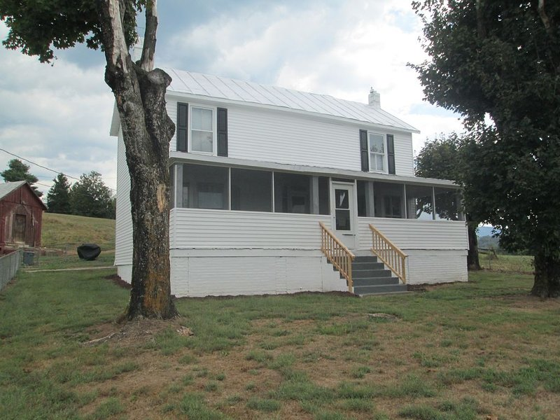 Gala Farmhouse is a beautifully renovated farmhouse on the James River., vacation rental in Buchanan