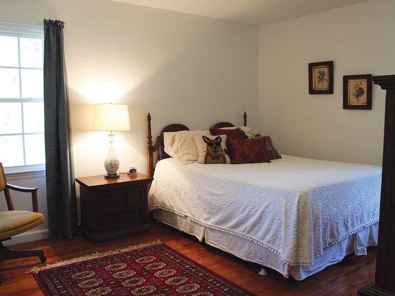Quarto principal com cama queen size com pillow top.