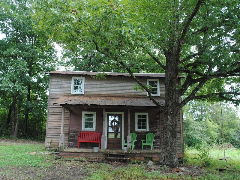 Historical Farm Cottage Retreat near Clemson, holiday rental in Eastanollee