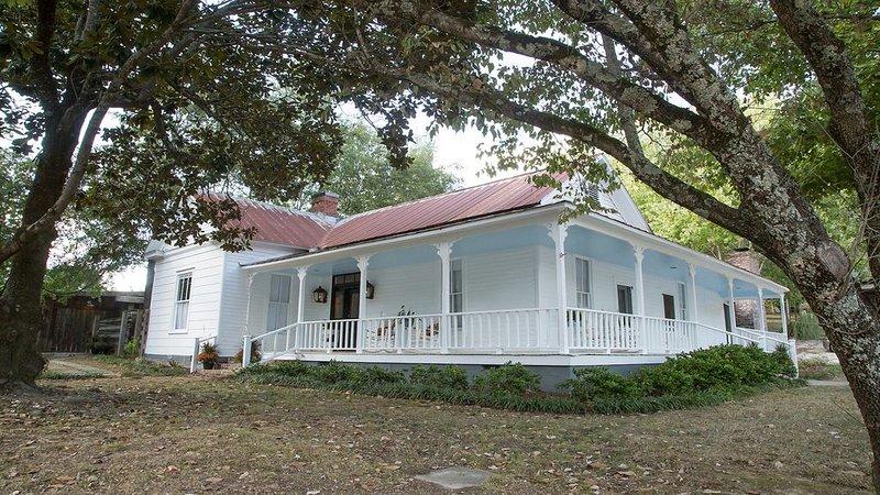 Taylor Inn - Private Rental of this Quaint Five Bedroom Country Inn, location de vacances à Taylor