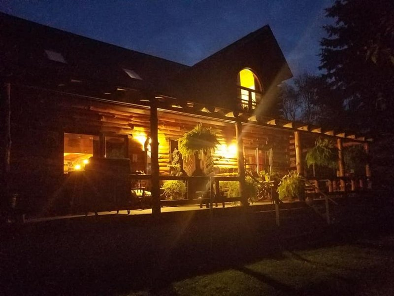 Rustic & Cozy Log Cabin in beautiful countryside with exceptional amenities!, location de vacances à Wellsboro