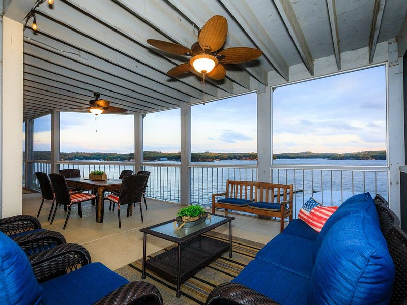 Regatta Bay Walk-in Unit! Sleeps 8, 3BD/3BA. Main channel view. Dock included, holiday rental in Four Seasons