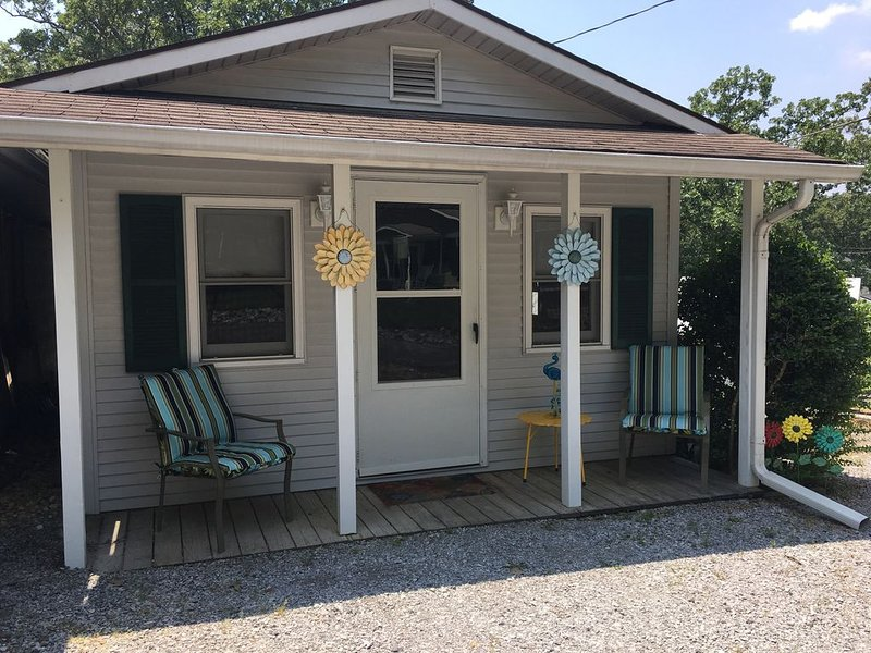 Cozy Getaway Cottage within walking distance to Ky Lake, holiday rental in Calvert City