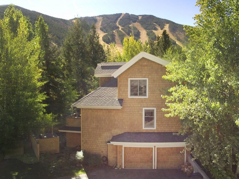 Fully appointed deluxe townhome, walk to ski lifts, bike path, and more, Ferienwohnung in Ketchum