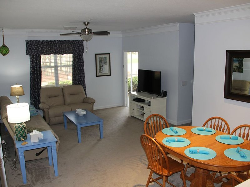 First floor corner unit overlooking 11th fairway on premier golf couse., vacation rental in Calabash