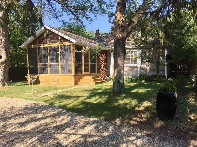 Fun and Artistically Heightened Sawyer Get Away. Great location!, location de vacances à Berrien County
